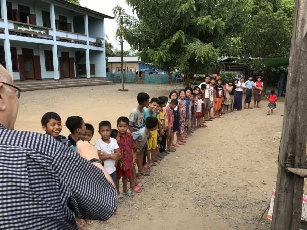 Alle barna stiller opp for å ønske oss velkommen.